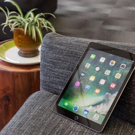 Apple iPad 9.7 (5th Gen) (2017) WiFi + Cellular 4G 32GB Space Gray - 4